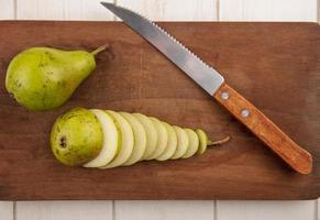 Draufsicht auf geschnittene und ganze Birnen