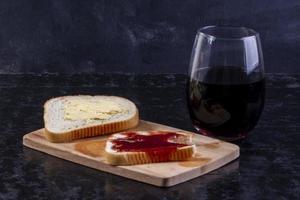 Seitenansicht einer Scheibe Brot und Butter