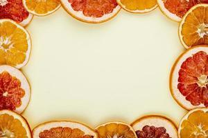 Draufsicht auf einen Rahmen aus Orangen foto