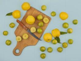 Draufsicht auf Scheiben von grünen Kirschpflaumen foto