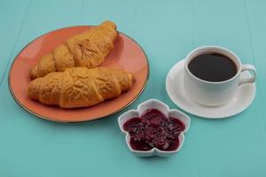 Seitenansicht von geschnittenen Croissants und Himbeermarmelade