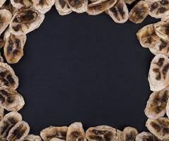 Draufsicht auf einen Rahmen aus getrockneten Bananenchips foto