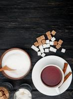Draufsicht auf eine Tasse Tee mit Zimtstangen