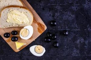 Draufsicht auf gekochtes Ei und Brot