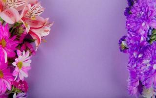 Draufsicht von rosa weißen und lila Blumen