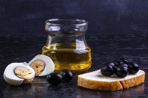 Vorderansicht von schwarzen Oliven auf einer Scheibe Brot
