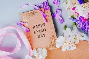 Draufsicht auf Postkarten und rosa Bänder