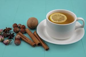Seitenansicht der Tasse Tee mit Zitrone