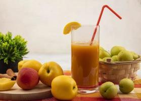 Seitenansicht von süßen gelben Pfirsichen