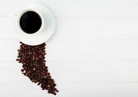 Draufsicht auf eine Tasse Kaffee und Kaffeebohnen
