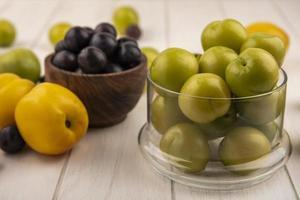 Seitenansicht von frischen grünen Kirschpflaumen foto