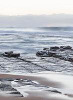 Langzeitbelichtung von Wellen am Strand