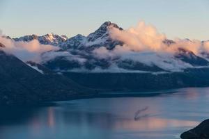Luftaufnahme eines Sonnenuntergangs auf einem nebligen Berg