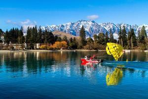 Queenstown, Neuseeland, 2020 - Person, die sich bereit macht, von einem Boot aus Parasailing zu betreiben