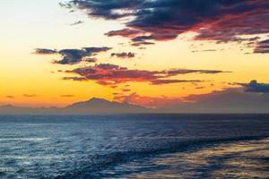 bunter Sonnenuntergang über einem Strand
