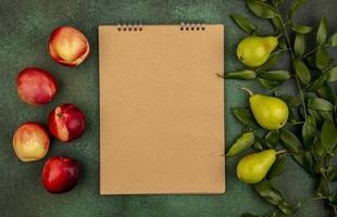 Draufsicht des Musters von Früchten als Pfirsiche und Birnen foto