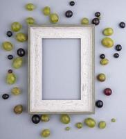 Draufsicht der Beeren um Rahmen auf grauem Hintergrund mit Kopienraum