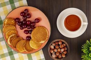 Draufsicht auf Pfannkuchen mit Kirschen foto