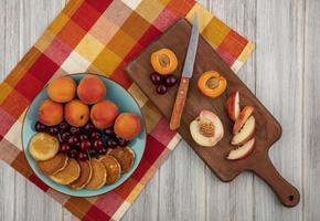 Draufsicht auf Pfannkuchen mit Kirschen und Aprikosen