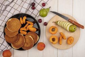 Draufsicht auf Pfannkuchen mit Aprikosenscheiben