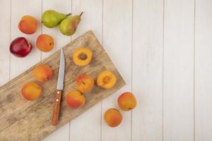 Draufsicht auf halb geschnittene und ganze Aprikosen