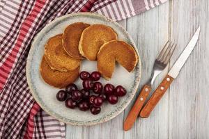 Draufsicht auf Pfannkuchen mit Kirschen