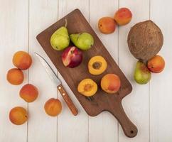 Draufsicht auf halb geschnittenen und ganzen Obst