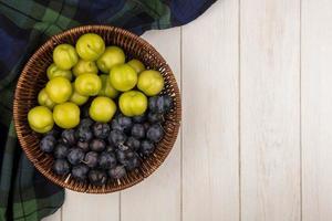 Draufsicht auf grüne Kirschpflaumen und Schlehen