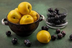 Draufsicht auf frische gelbe Pfirsiche mit Schlehen foto