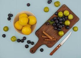 Draufsicht von frisch auf einem hölzernen Küchenbrett foto