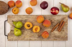 Draufsicht auf halb geschnittenen und ganzen Obst foto