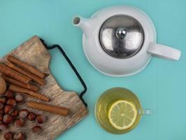 Draufsicht der Teekanne mit Zimt auf blauem Hintergrund