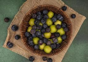 Draufsicht auf kleine saure blau-schwarze Fruchtschollen foto