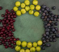 Draufsicht von frischem Obst auf einem grünen Hintergrund mit Kopienraum foto