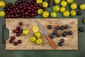 Draufsicht auf frisches Obst auf einem hölzernen Küchenbrett foto