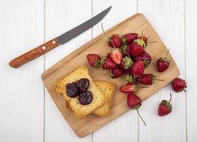 Draufsicht auf frische Erdbeeren mit geröstetem Brot
