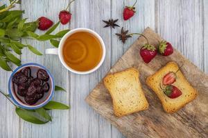 Draufsicht von frischen Erdbeeren auf einem hölzernen Küchenbrett foto