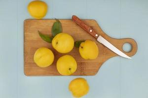 Draufsicht auf frische saftige und gelbe Pfirsiche
