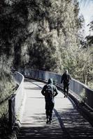 Sydney, Australien, 2020 - Menschen, die auf einer Brücke gehen