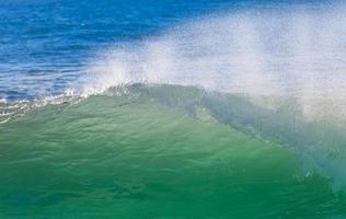 Meereswellen, die tagsüber an Land krachen foto