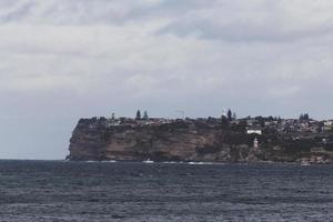 Stadt auf einer Klippe in der Nähe des Meeres
