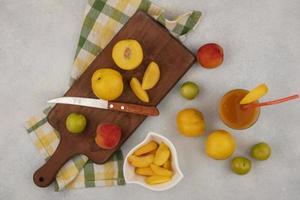 Draufsicht auf frisches Obst auf einem Holzbrett