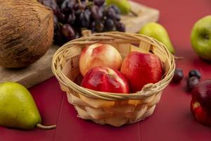 Draufsicht auf frische und saftige Pfirsiche foto