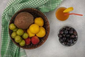 Draufsicht auf frisches Obst foto