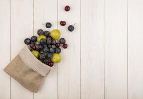 Draufsicht auf frisches Obst, das aus einem Leinensack fällt