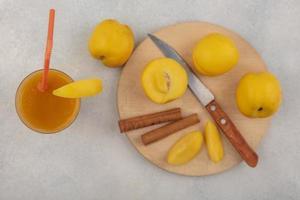 Draufsicht auf köstliche gelbe Pfirsiche und Saft