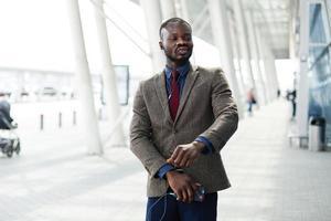 glücklicher afroamerikanischer Geschäftsmann tanzt