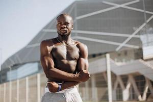 Mann mit Muskeln posiert nach dem Training