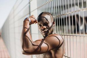 fit Mann zeigt seine Muskeln