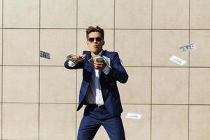 Mann wirft Geld auf die Straße